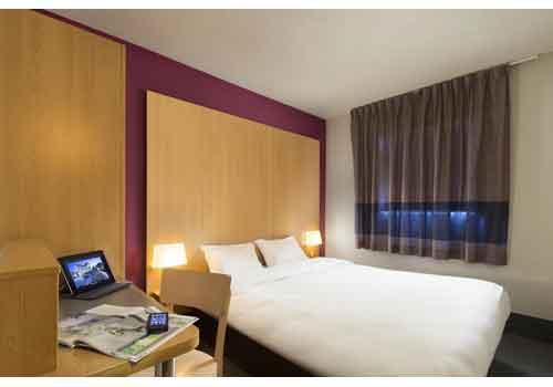 hotel pas cher paris ouest campanile paris ouest nanterre la dfense lit pour grande personne. Black Bedroom Furniture Sets. Home Design Ideas